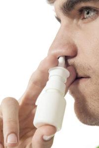 ung mand med næsespray
